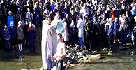 Верующие Оша прошли крестным ходом и окунались в воды Ак-Бууры