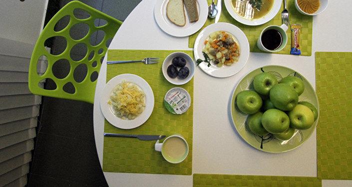 Обеденный стол с едой. Архивное фото