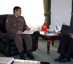 Встреча главы Генштаба Вооруженных сил КР Жаныбека Капарова со старшим советником по военно-политическим вопросам центра ОБСЕ Юрием Падуном.