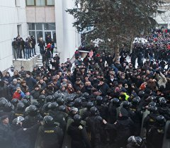 Митингдин катышуучулары Молдованын парламент имаратынын алдында.