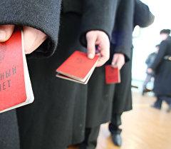Аскердик билеттерди кармаган жоокерлер. Архив