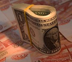 АКШ долларлары жана Россия рубли. Архив