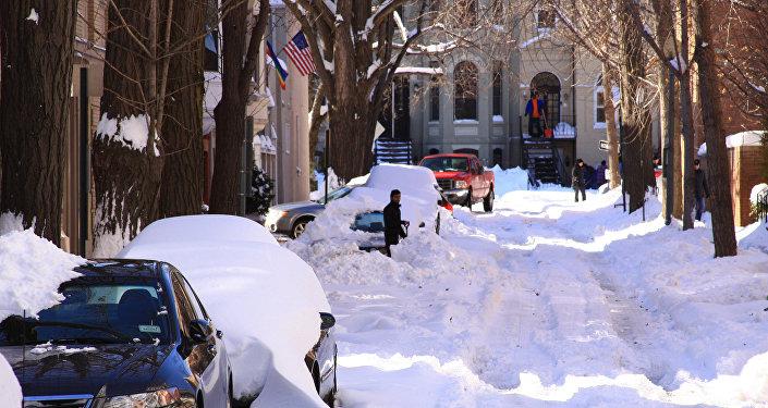 Сугробы на улицах Вашингтона после сильного снегопада в 2009 года. Архивное фото