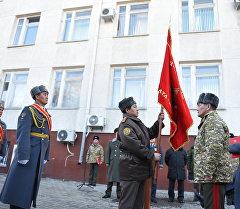 Военнослужащие во время торжественной передачи боевого знамени Государственного комитета по делам обороны Генеральному штабу Вооруженных сил.