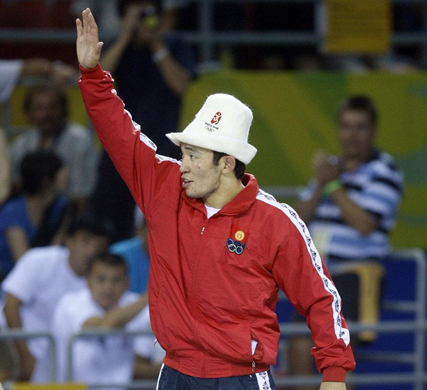 Борец Канатбек Бегалиев на церемонии вручения серебряной медяли по греко-римской борьбе на Олимпиаде-2008 в Пекине