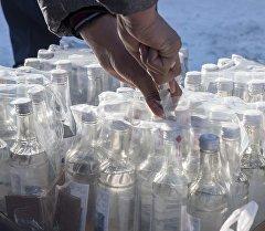 Уничтожение контрабандной водочной продукции. Архивное фото
