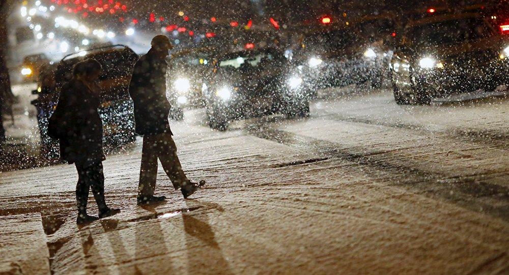 Люди на улице во время сильного снегопада. Архивное фото