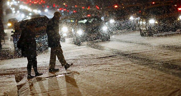 Люди на одном из улиц Вашингтона во время сильного снегопада.