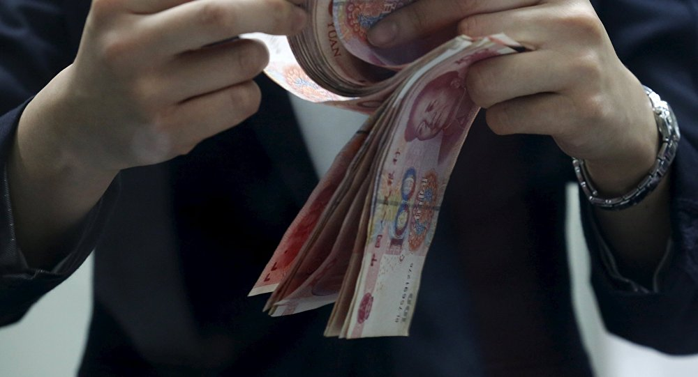 Мужчина считает юани. Архивное фото