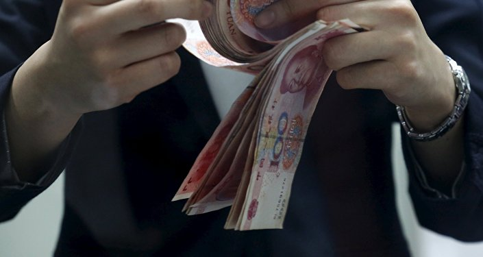 Мужчина пересчитывает юани. Архивное фото
