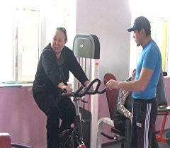 Пенсионеры бегали и делали зарядку в каракольском фитнес-центре