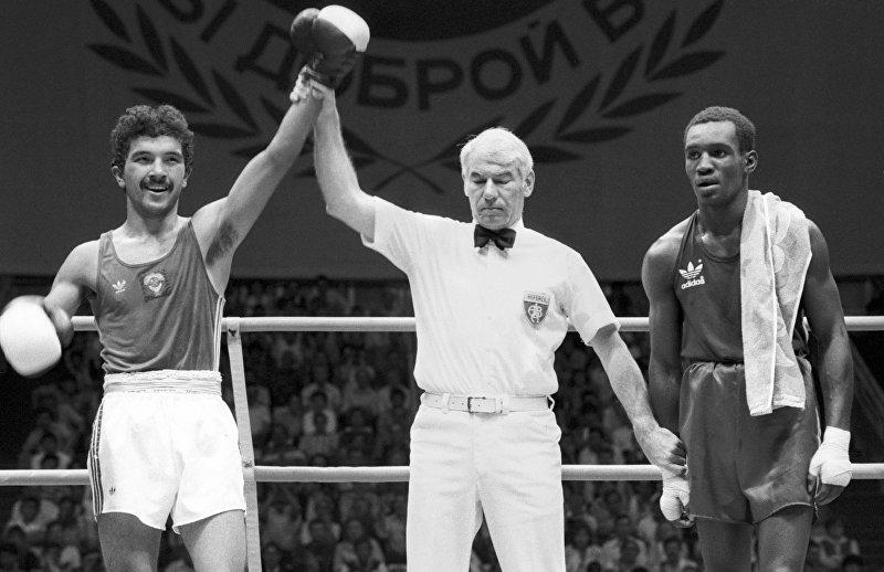 Боксеры Орзубек Назаров (СССР) и Ромаллис Эллис (США)