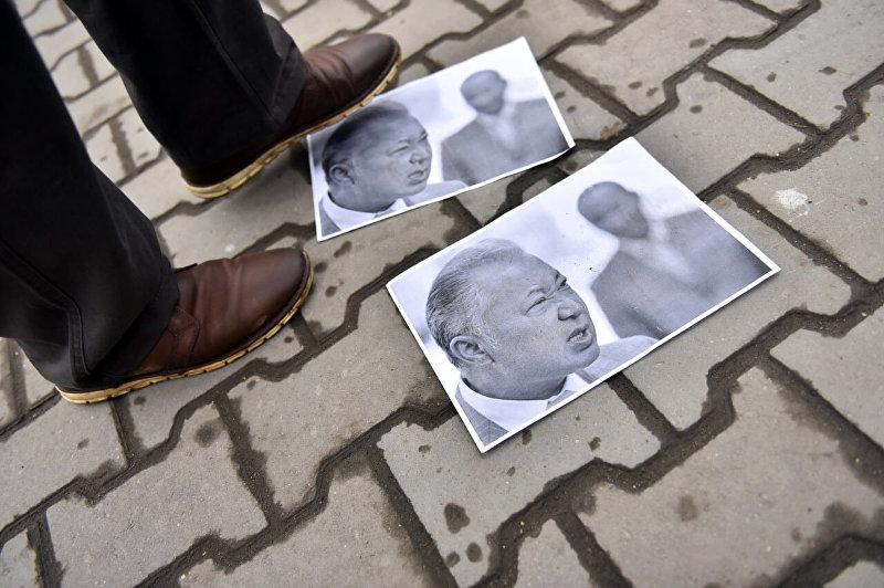 Портреты Курманбека Бакиева на земле.