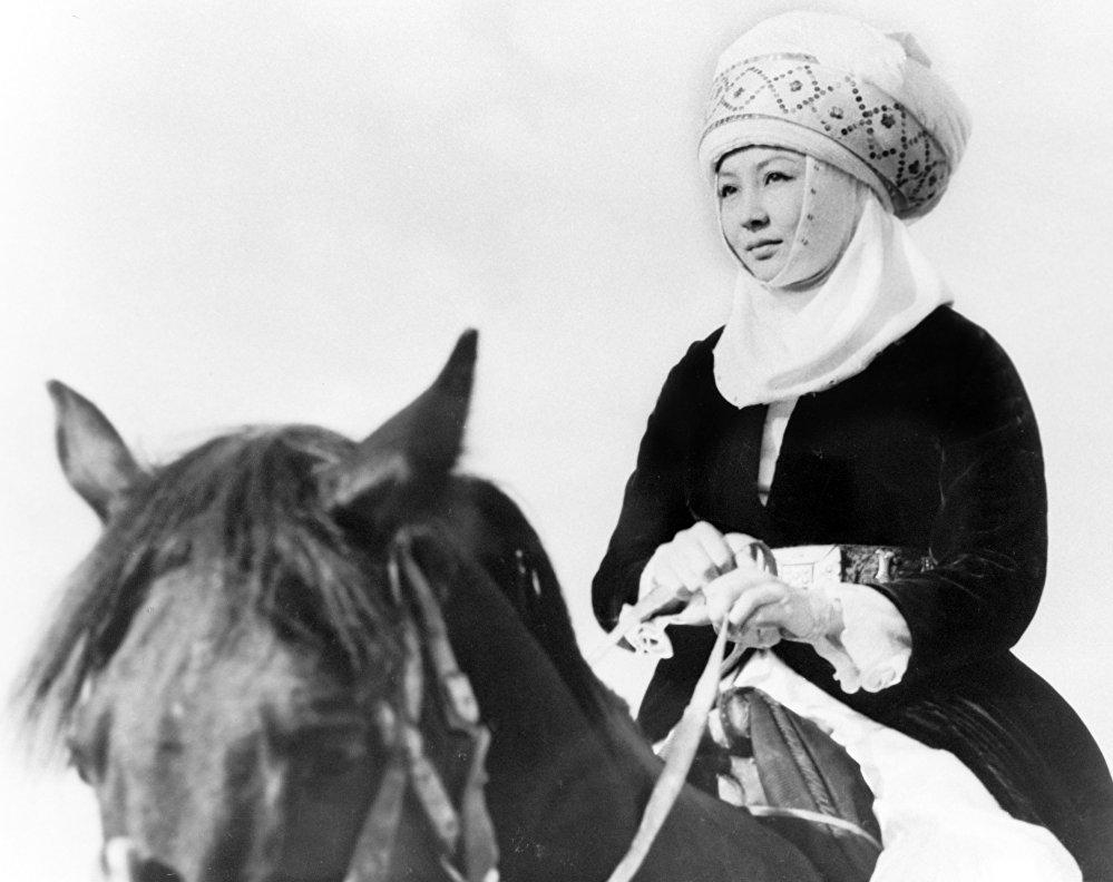 Актрисанын ат минип түшкөн сүрөтү 1974-жылы тартылган. Ал жылы режиссер Төлөмүш Океев Кызыл алма тасмасын тартып, Турсунбаева Бейтааныш сулуунун образын жаратканы белгилүү.