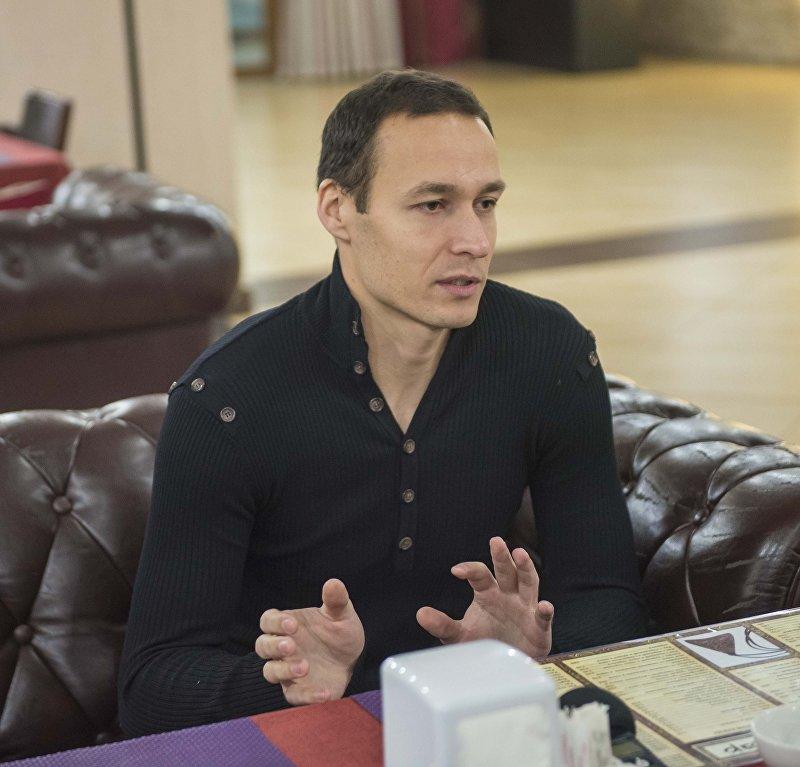 Главный вратарь сборной Кыргызстана по футболу Павел Матяш во время интервью