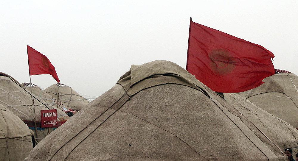 Боз үйдүн үстүнөн желбиреген Кыргызстандын желеги. Архив