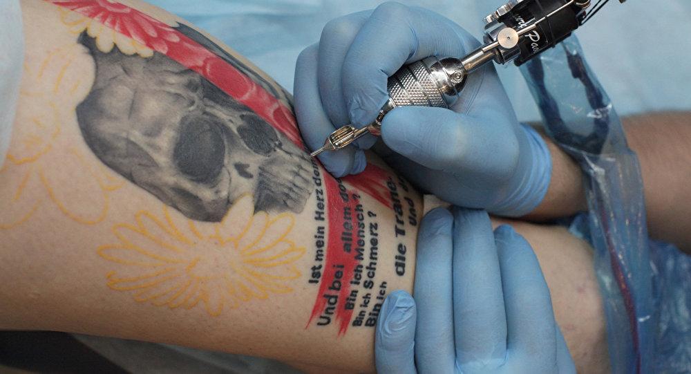 Художник наносит клиенту татуировку в одном из тату-салонов. Архивное фото