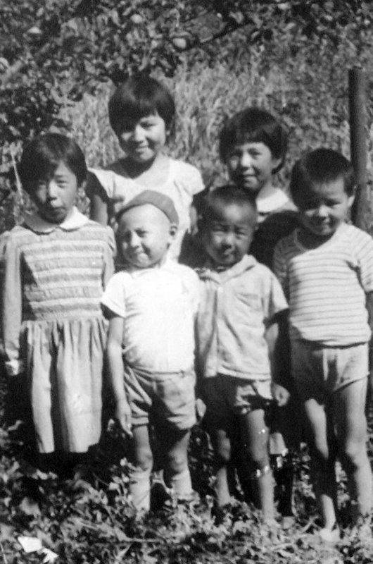 Журналист Тынчтык Кожобеков со своими родными и близкими в детстве