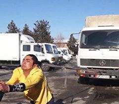 Силач из Кыргызстана своими волосами тянул грузовик