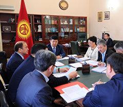 Премьер-министр КР Темир Сариев во время совещания с руководителями министерств и ведомств