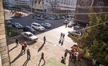 Люди на одной из центральных улиц Бишкека. Архивное фото