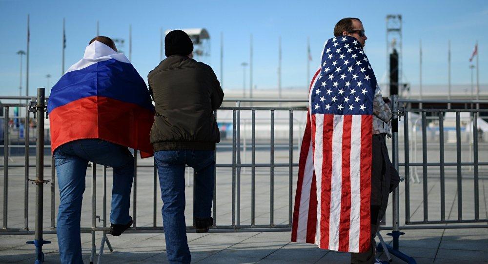 Болельщики с флагами стран США и Россия. Архивное фото
