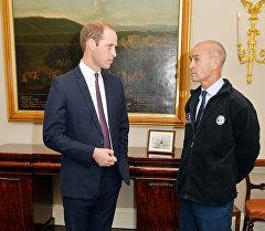 Британский исследователь Генри Уорсли во время встречи с принцом Британии Уи́льямом. Архивное фото