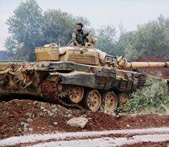 Танк сирийской армии заходит на огневую позицию в районе Шейх-Мискин провинции Дераа.