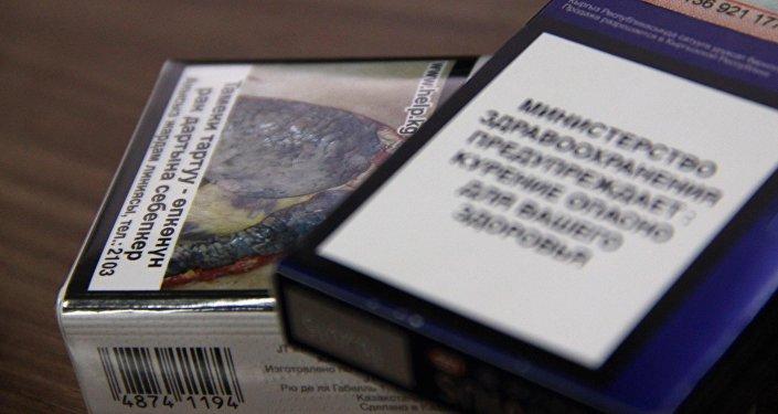 Пачка сигарет с картинкой, предупреждающих о вреде курения и сигареты со старой упаковкой