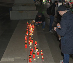 Протестующие против беженцев австрийцы зажгли свечи на ступенях парламента