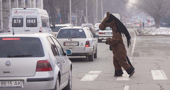 Человек в костюме лошади переходит дорогу в Бишкеке. Архивное фото