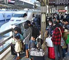 Пассажиры на одном из станций метро в Токио. Архивное фото