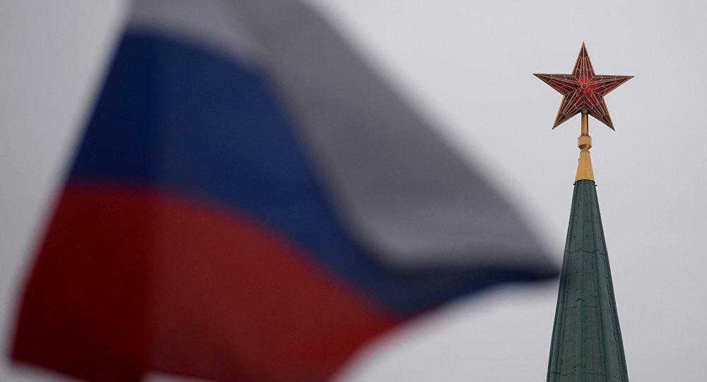 Шпиль одной из башен Московского Кремля и государственный флаг России на Красной площади. Архивное фото