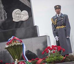 Офицер на торжественном возложении цветов к памятнику блокадникам в парке Победы имени Даира Асанова. Архивное фото