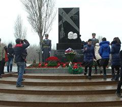 Ленинградды куткаруу күнүнө  арналып гүл коюлуп,  асманга ок атылды