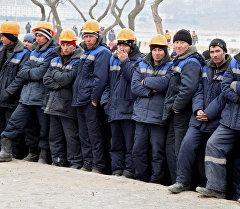 Иностранные рабочие на строительном объекте. Архивное фото