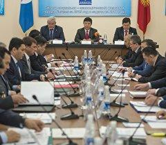 Премьер-министр Темир Сариев мэриянын жана Бишкек шаарынын мэри Кубанычбек Кулматов.