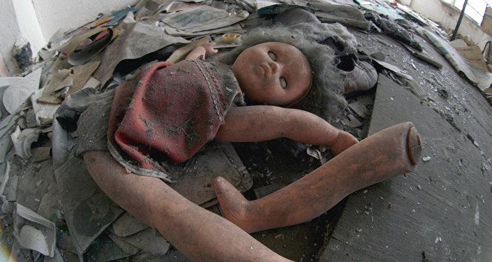 Оставленная кукла в помещении. Архивное фото