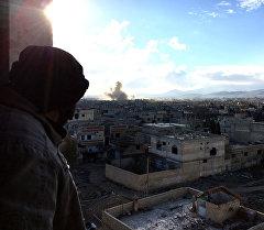 Боец Сирийской арабской армии (САА) на огневой позиции в ходе боевых действий против отрядов террористов в пригороде Дамаска Дарайе. Архивное фото