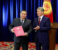 Акибаев Асхат жана президент Алмазбек Атамбаев. Архив