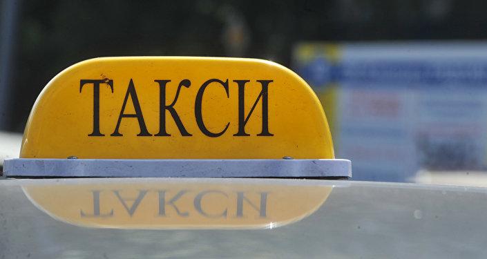 Фонарь такси на крыше автомобиля в Москве. Архивное фото