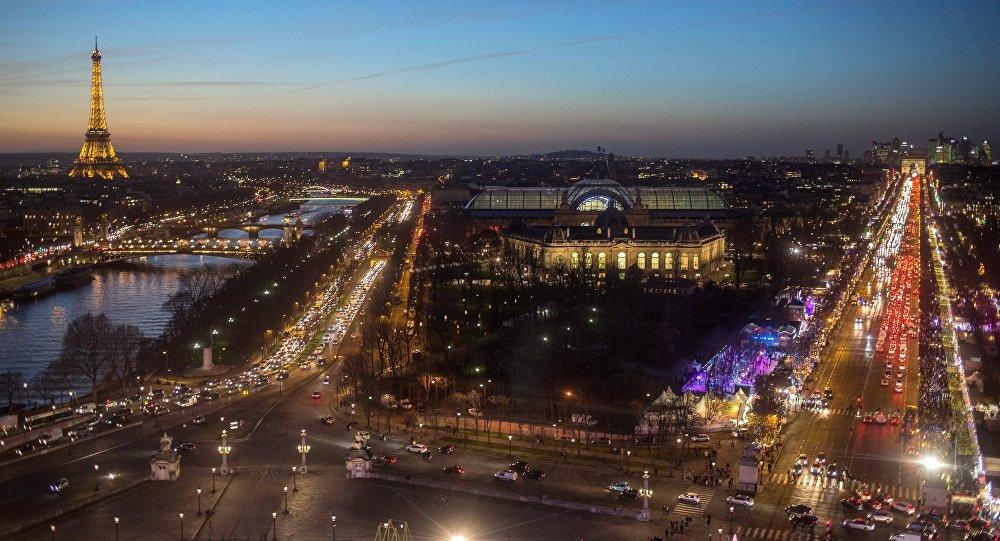 Ночной вид на Эйфелеву башню, Le Grand Palais (Большой дворец) и Елисейские поля в Париже. Архивное фото