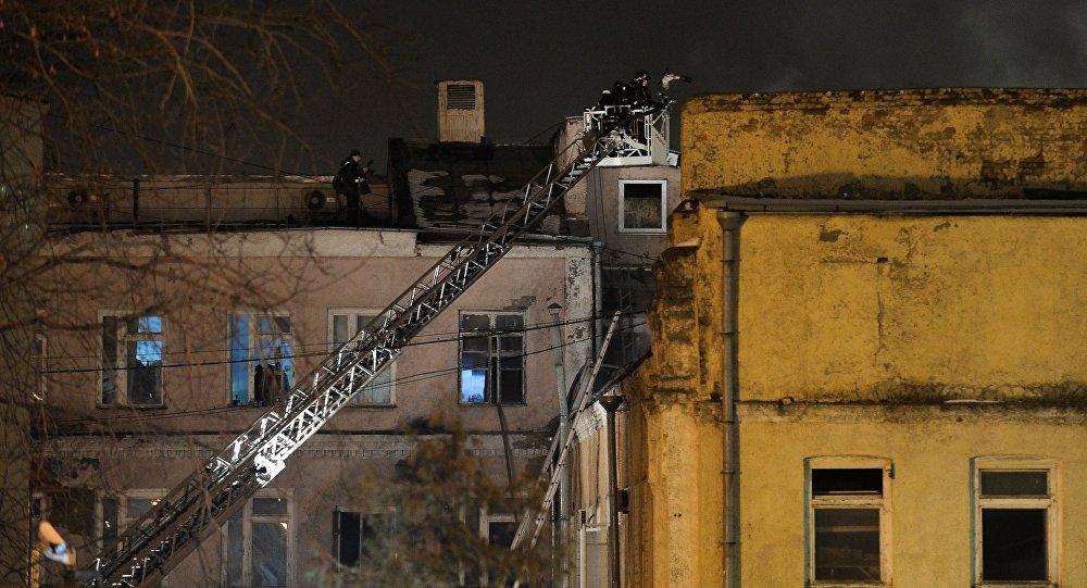 Сотрудник пожарно-спасательных подразделений МЧС на месте пожара в швейном цеху в Москве.