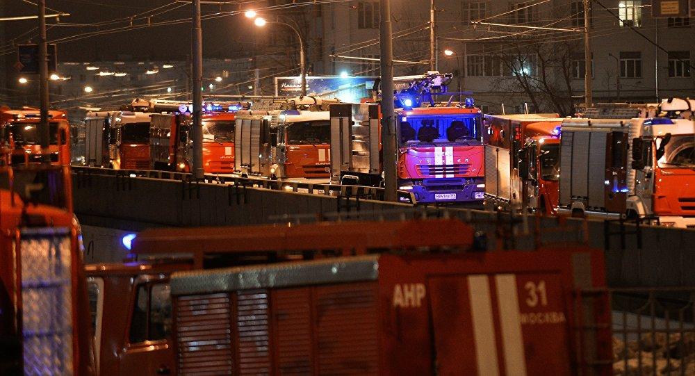 Автомашины пожарно-спасательных подразделений МЧС на месте пожара в швейном цеху по производству подушек по адресу улица Стромынка, дом 25 в Москве.
