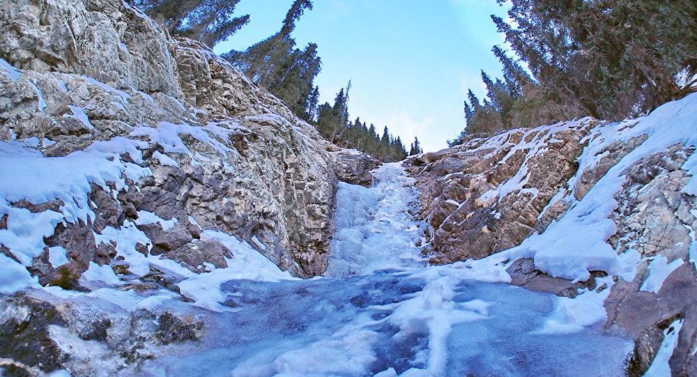 Замерший водопад в горах Кыргызстана. Архивное фото