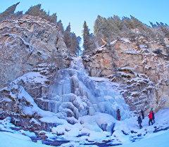 Замерший водопад в Кыргызстане. Архивное фото