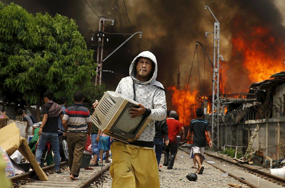 Пожар на станции Кампунг Бандан в Северной Джакарте