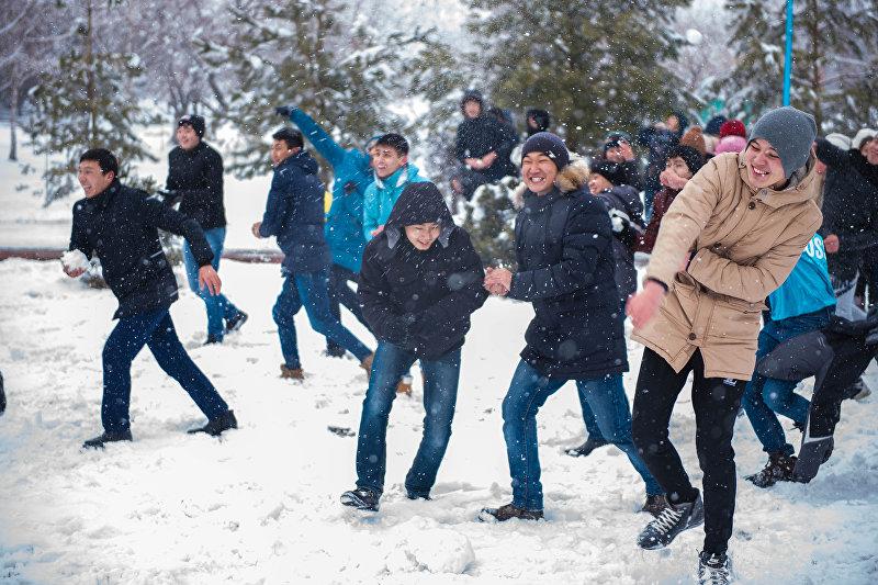 Участники снейжной битвы во время соревнования