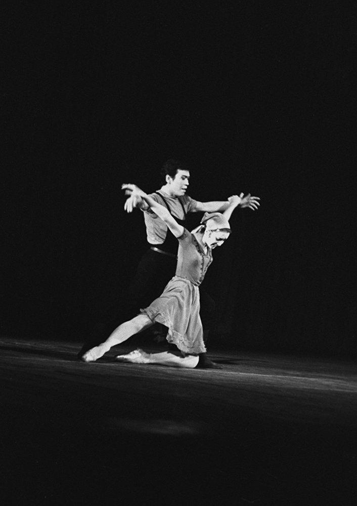 Кыргыз ССРинин эл артисттери Айсулуу Токомбаева менен Чолпонбек Базарбаевдин Саманчынын жолу балетинде бийлеп жаткан учуру