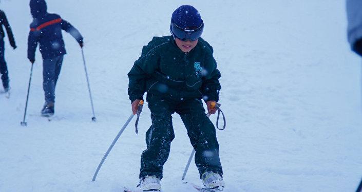 Соревнования по спуску с горного склона в Стрельниково организовал городской комитет по физической культуре и спорту.